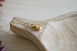 Drop Halskette mit einem vergoldeten Pünktchen