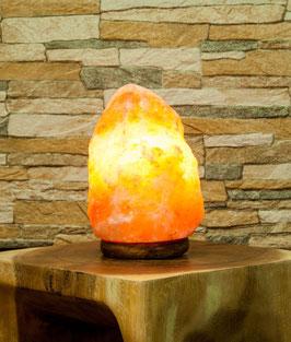 Salzkristalllampe auf Holzsockel