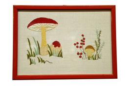 Ricamo disegno funghi su puro lino con cornice