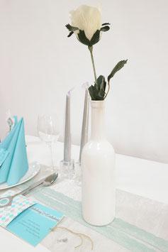 Keramikflasche mit weißer Rose