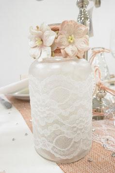 Glas mit Spitze und Blumen