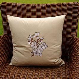 samtiges Kissen mit Stickerei Kirschblüte