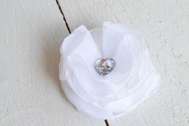 Broche fleur satin blanche pour baptême mariage