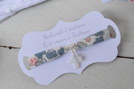 Bracelet liberty Betsy avec croix nacre blanche pour baptême, communion, confirmation