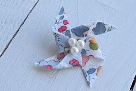 Broche liberty betsy porcelaine origami moulin à vent pour baptême mariage