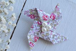 Broche liberty Eloïse rose origami moulin à vent pour baptême mariage