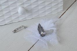 Broche fleur tulle plume similicuir mariage baptême blanc et argenté