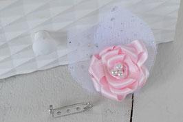 Broche fleur boutonnière rose romantique pour baptême mariage