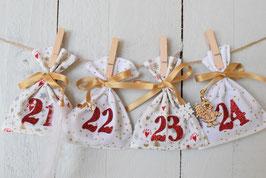 Calendrier de l'avent Noël 2021-D/ 24 sachets en tissu à remplir & réutilisable / Création artisanale en tissu blanc or rouge avec breloque bois grelot plume