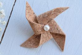 Broche liège origami moulin à vent pour baptême mariage