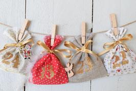 Calendrier de l'avent Noël 2021-E/ 24 sachets en tissu à remplir & réutilisable / Création artisanale en tissu blanc or rouge poinsettia avec breloque bois grelot plume