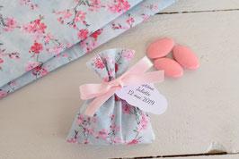 Pochon dragées tissu japonais fleurs roses sur fond bleu / sachet dragées à personnaliser avec étiquettes pour baptême communion mariage