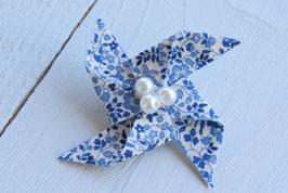 Broche liberty Katie and millie bleu origami moulin à vent pour baptême mariage