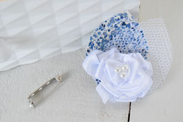 Broche fleur boutonnière liberty bleu Katie and millie pour baptême mariage