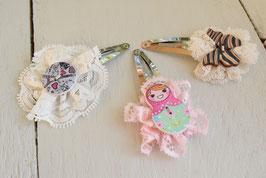 Barrette artisanal dentelle fillette bouton bois artisanal papillon/poupée- idée cadeau anniversaire noël petite fille