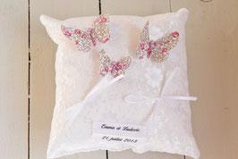 Coussin alliance papillon dentelle blanche et Liberty Eloïse personnalisé avec prénoms et date mariage