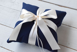 Coussin alliance mariage tissu bleu marine et noeud ruban satin ivoire