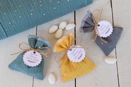 Ballotin en tissu pour dragées en double gaze avec pois doré / étiquettes personnalisées - Cadeaux invités baptême mariage cérémonie