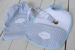 Cadeau de naissance , ensemble bleu ciel géométrique, bavoir, attache tétine et pochette broderie prénom bébé garçon