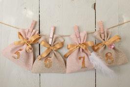 Calendrier de l'avent Noël AB artisanal et réutilisable - Tissu rose poudré et beige doré - chiffres dorés- Calendrier de l'avent poétique