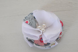 Broche fleur Plumetis blanc et Liberty Betsy pour communion, mariage, baptême, cérémonie