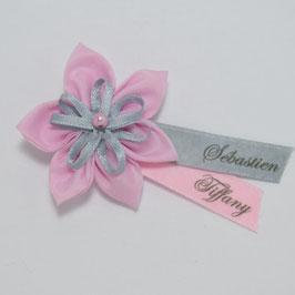 Broche fleur rose grise mariage baptême à personnaliser avec prénom et date