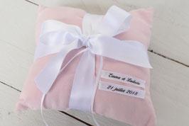 Coussin alliance mariage tissu rose poudrée et noeud ruban satin blanc