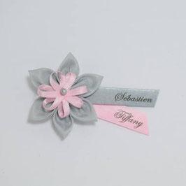 Broche fleur grise mariage baptême à personnaliser avec prénom et date