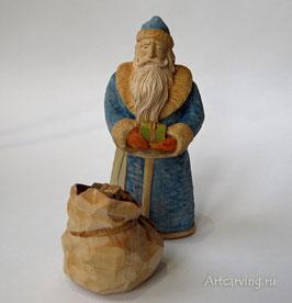 Чей же это подарок? - Дед Мороз резной деревянный.