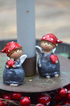 Kleiner Engel mit roter Mütze