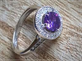 Ring aus 925 Sterling Silber, rhodiniert mit einem großen lila Stein aus Zirkonia