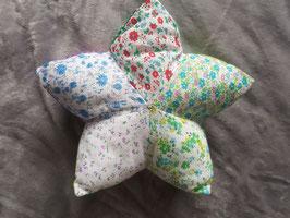 Kleines Sternenkissen, pastellfarben, bunt