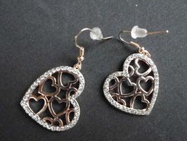 Herz-Ohrringe, üppig besetzt mit funkelnden Straßsteinen