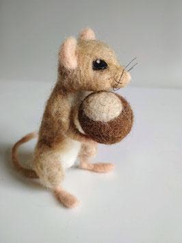 Gefilzte Maus mit Kastanie