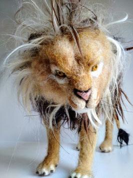 Majestätischer gefilzter Löwe