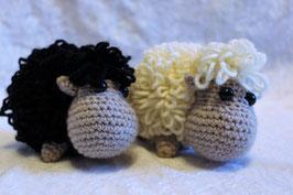 Gehäkeltes Schaf hell oder dunkel