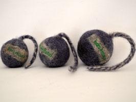 Schleuderball aus Bio-Wollfilz blau | Herz & Hund