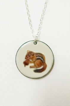 Large Round Necklace in Chipmunk with a Nut