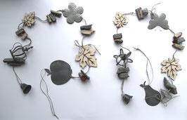 Graue Girlanden mit Metallglocke