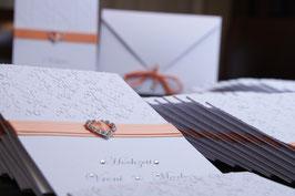 Einladungskarte Hochzeit Strasssteinverzierung Herz Aprikotband