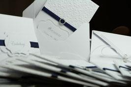 Einladungskarte Hochzeit Strasssteinverzierung mit Kordel in Marineblau