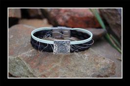 Bracelet en véritables crins de cheval noir tresse plate,  lien en cuir  3 mm vert d'eau, perle carrée fleur, fermoir clip acier inoxydable.