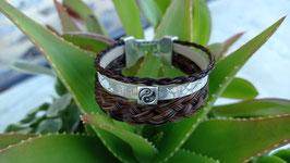 Bracelet à 3 rangs, en véritables crins de cheval alezan, cuir beige doré et petite perle passante carré yin/yang, fermoir clip métal argenté.