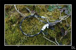 """Bracelet en crins de cheval noir, tressé en """"corde"""" avec un ruban organza """"or"""", embout fermoir tête de cheval en métal argenté"""