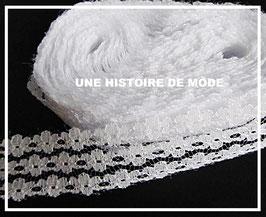 1 mètre de dentelle petites fleurs blanches - 26 mm  - D98