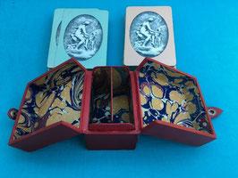 bridge box met twee oude kaartspellen
