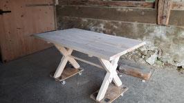 Tisch mit Kreuzbein