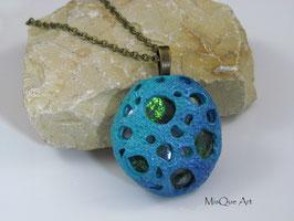 Halskette mit kosmischem Anhänger in Türkis und grünem Stein