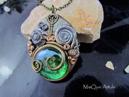 Halskette mit magischem Anhänger Altsilber mit grünem Stein