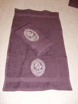 serviette invité violette écusson rose